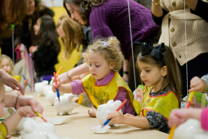 decoration tire lire en porcelaine à décorer avec de la peinture acrylique, dessin enfant, anniversaire enfant avec atelier créatif