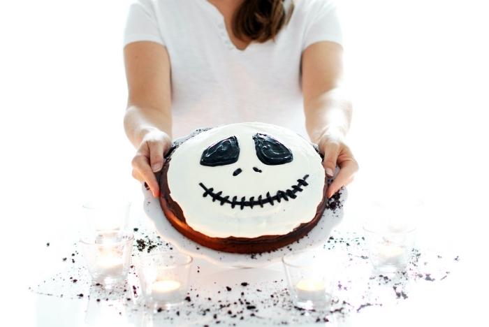 recette gateau halloween, préparer un dessert halloween à déco facile au glaçage blanc et chocolat à design visage effrayant