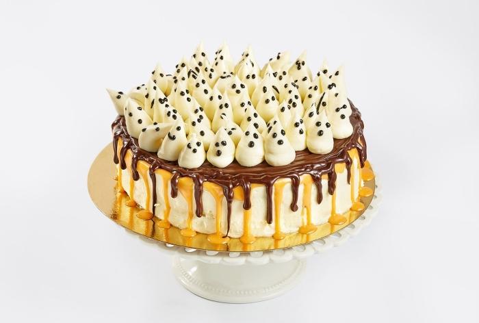 recette d halloween effrayante, exemple de gâteau simple au glaçage caramel et chocolat avec meringues fantômes