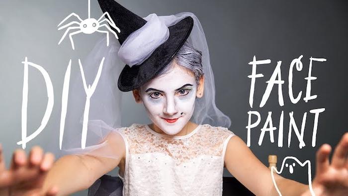 idee de maquillage sorciere petite fille, visage blancho, eye liner, ombres à paupières bleu vert, cheveux gris, chapeau de sorciere, robe blanche dentelle