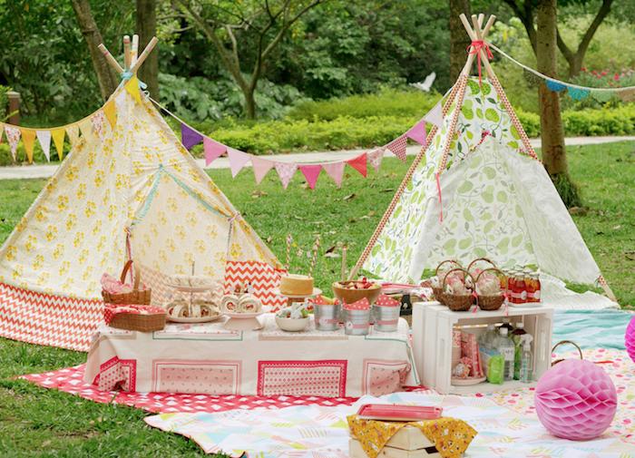 pique nique enfant en plein air sur l herbe avec des tipis colorés et un candy bar sur terre, surprises gateaux gourmands pour enfant