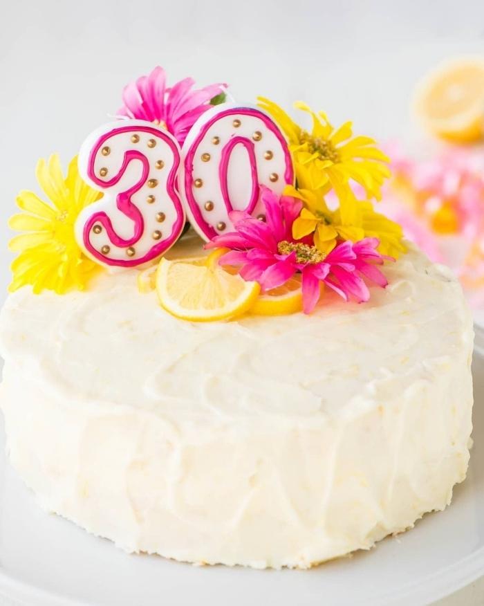 une simple décoration de gâteau d'anniversaire 30 ans au glacage blanc de fromage à la crème