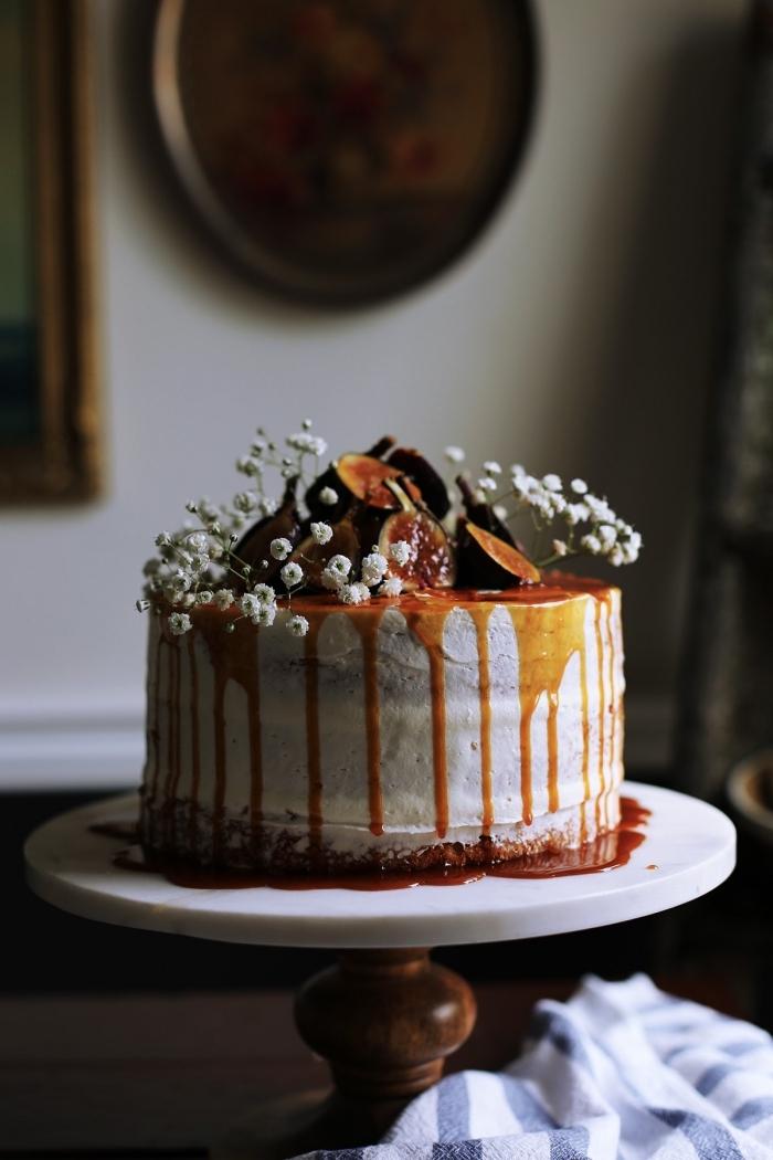 gateau de semoule facile à faire soi-même, recette facile de glacage caramel beurre salé, gâteau vanille et camomille, au coulis de caramel salé, décoré avec figues