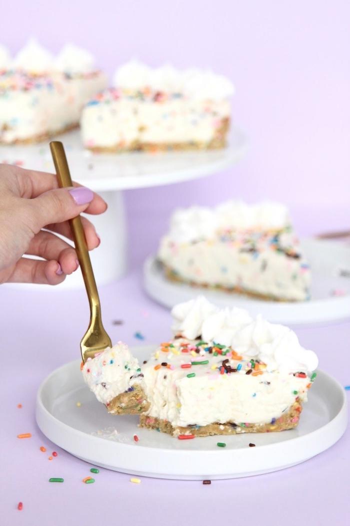 idée de gâteau d'anniversaire au fromage sans cuisson, cheesecake expresse au fromage frais parsemé de vermicelles colorées