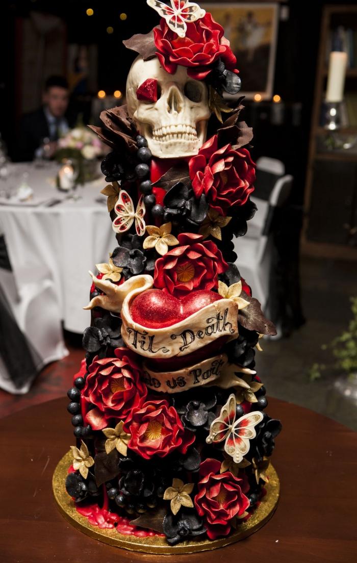 recette d halloween effrayante, modèle de gâteau de mariage pour Halloween avec décoration en figurines sucrées et plastiques design roses coeurs et crâne