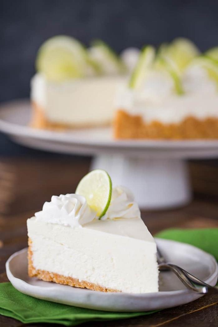cheesecake citron vert sans cuisson avec une base de biscuits et beurre, gâteau fondant au fromage frais façon cheesecake