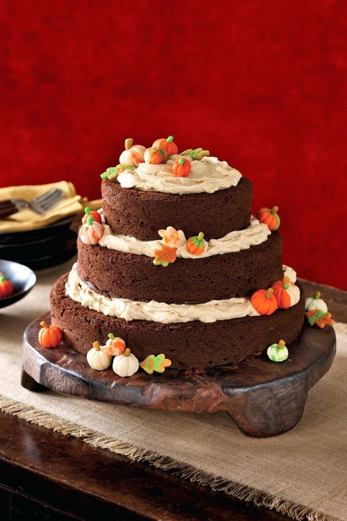 faire un gâteau sur étages au chocolat et crème au beurre, idée comment décorer un gâteau automnal, recette gateau halloween