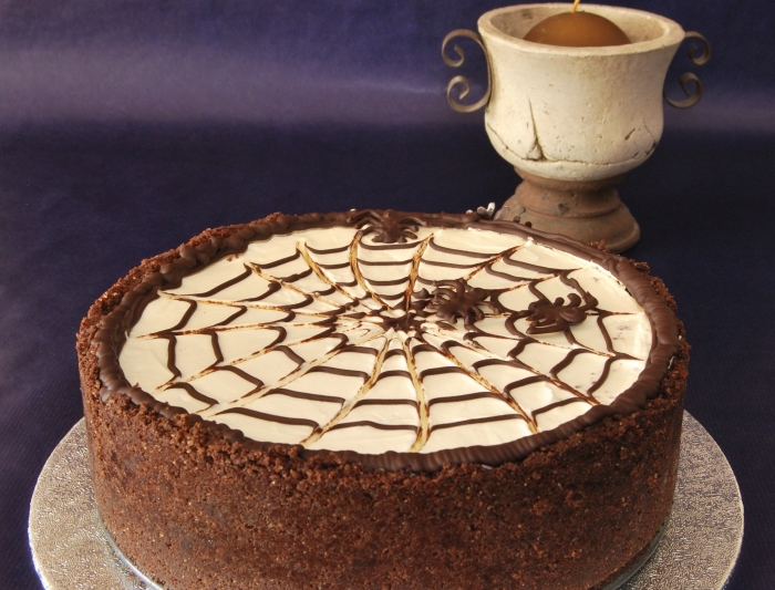modèle de gateau halloween araignée, recette gâteau au chocolat avec glaçage design toile d'araignée pour Halloween