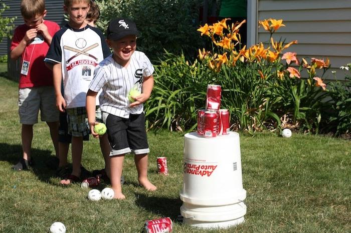 exemple de jeu d adresse, jeu de tire avec des canettes de boisson et des balles, anniversaire 6 ans garçon surprise