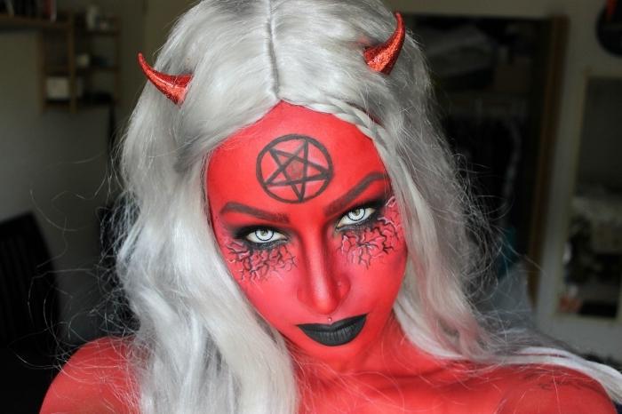 idée de maquillage demon à la fois artistique et réaliste avec une peau peinte rouge, une bouche noire et des veines apparentes sous les yeux
