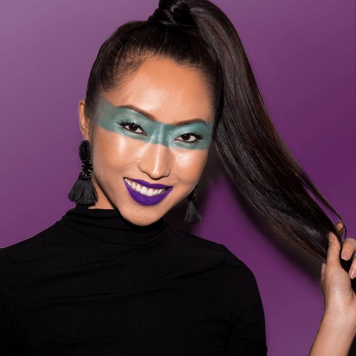 idée de maquillage halloween de dernière minute, un masque de super-héros peint autour les yeux et un maquillage bouge violet mat