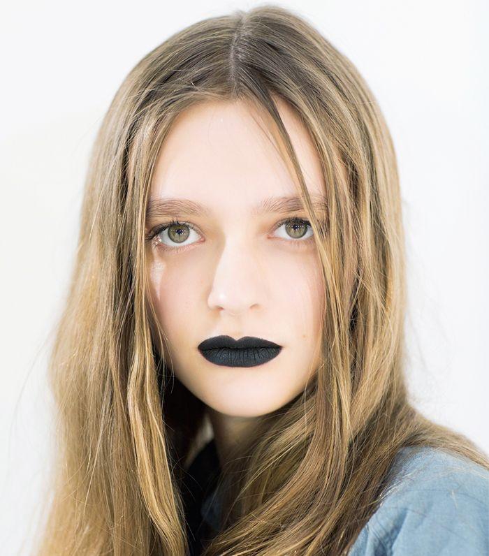 maquillage sorciere halloween minimaliste et sobre, avec un accent sur la bouche noir mat