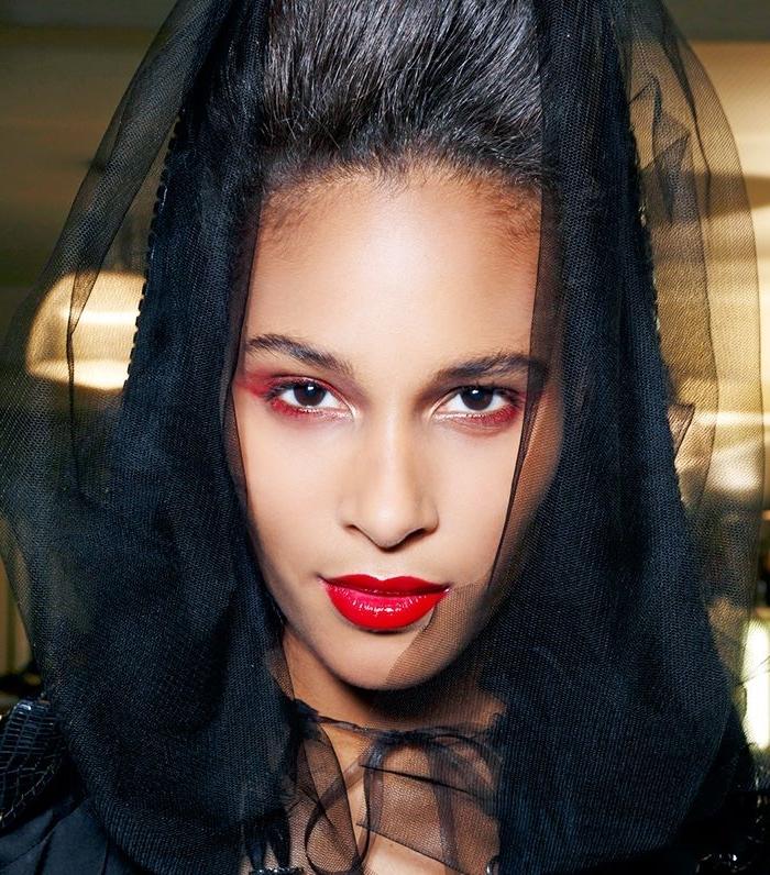 idée de maquillage diablesse ou veuve vampire aux yeux fardés de rouge et bouche carmin