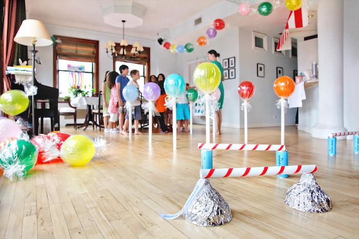 idée comment organiser un anniversaire à l intérieur avec une course à obstacles, decoration anniversaire en ballons colorés