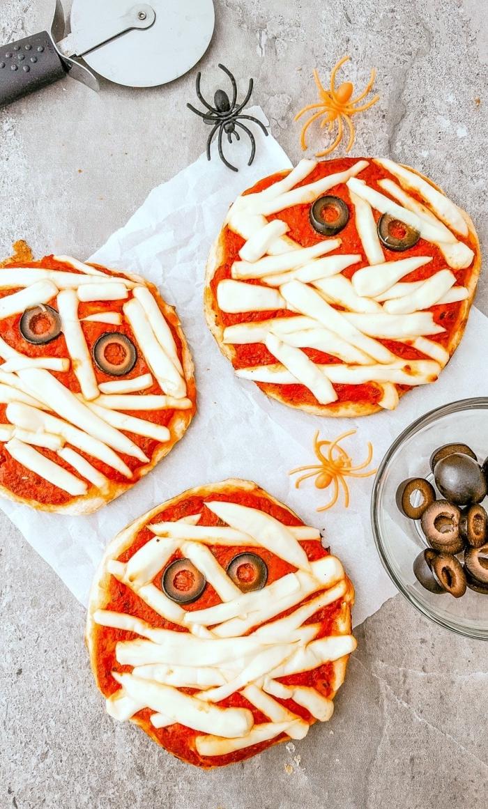 recette halloween salé por un apéro dînatoire sur le thème d'halloween, mini-pizza momie tomate et mozzarella