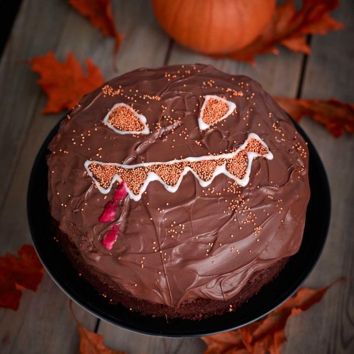 exemple de décoration effrayante pour un gâteau au chocolat avec visage Halloween en nonpareils et chocolat blanc