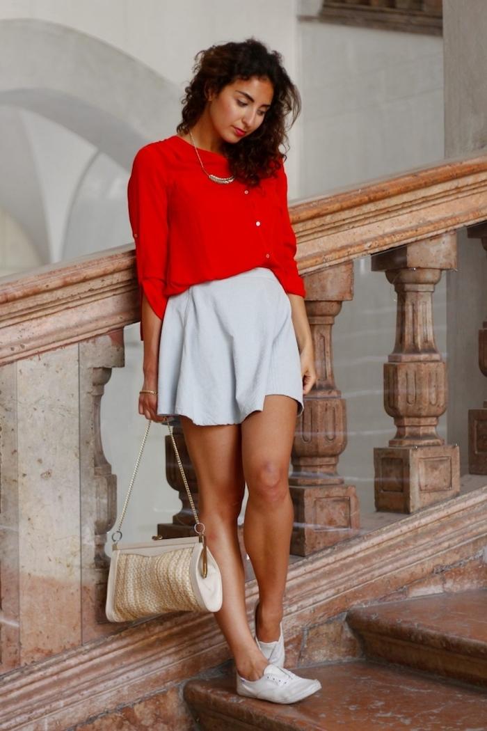 Style vestimentaire année 80, chemise rouge et jupe blanche, déguisement année 80, spéciale tenue