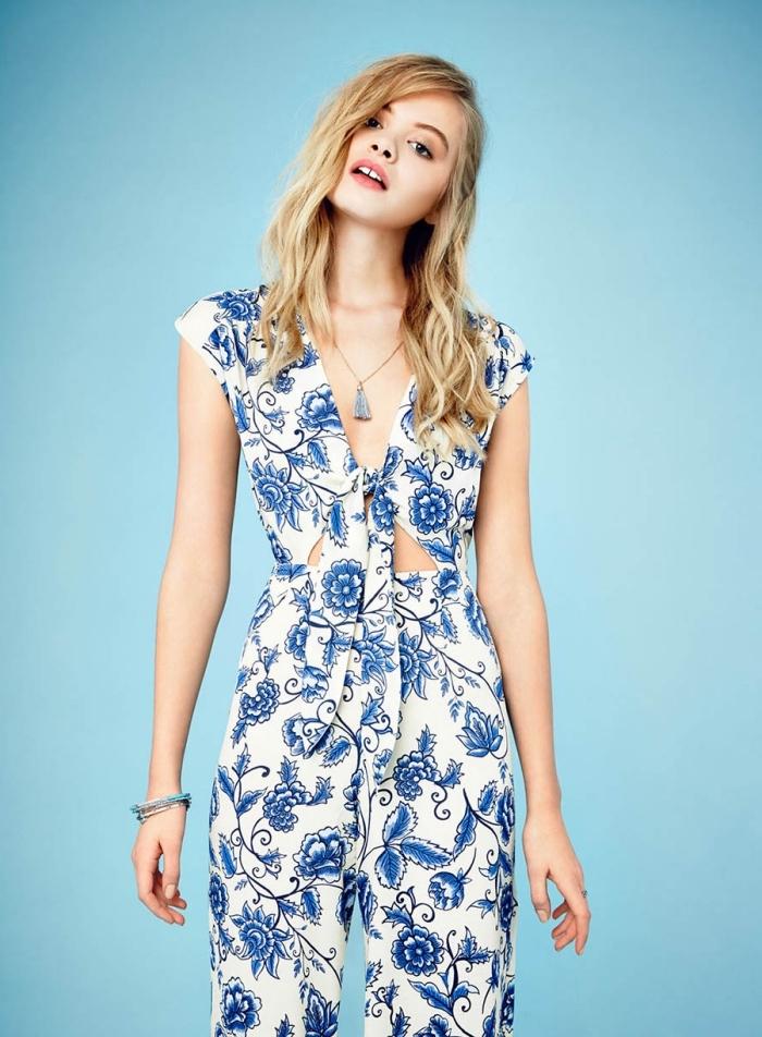 vision chic pour un mariage sur plage, combinaison été nouée en blanc aux motifs floraux bleus, idées accessoires ethniques