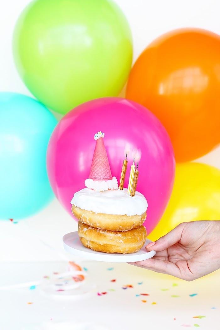 Gateau anniversaire 18 ans et deco fete pas cher, table à décorer fête anniversaire, beignet avec chapeau anniversaire de cornet