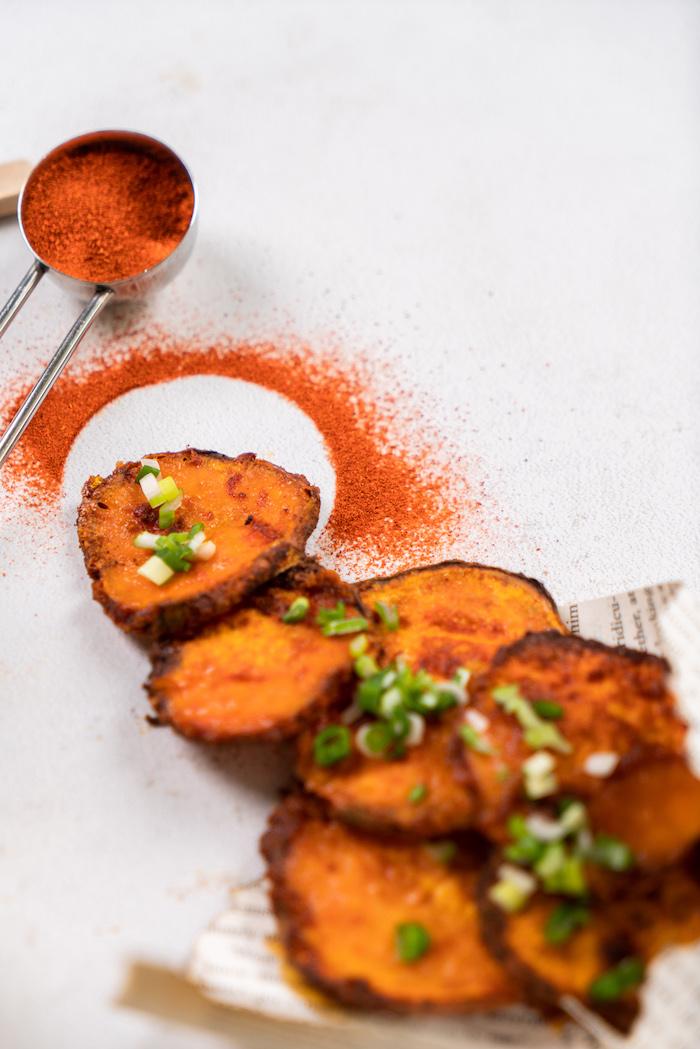 comment faire des chips de patate douce et pomme de terre coupées en lamelles aux épices