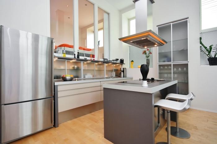 déco de cuisine équipée avec petit îlot central en inox, idée design avec ilot central petite cuisine moderne