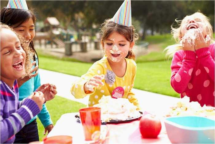bataille gateau avec enfants barbouillés de gateau, exemple divertissement anniversaire filles, jeux filles 8 ans