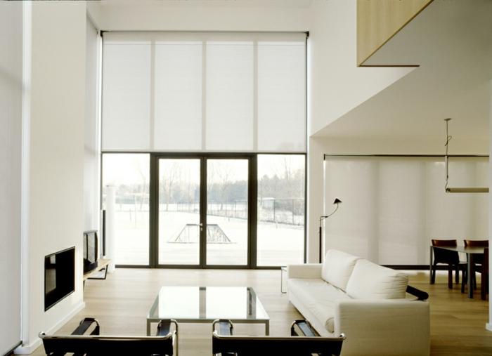 intérieur de maison moderne, grande fenêtre avec rideau d'intérieur blanc mi-transparent, coin de repas moderne