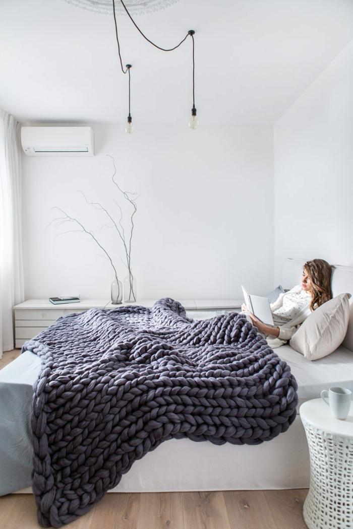 lit confortable et décoré en style scandinave, plaid au tricot, lampes pendantes, peinture murale blanche, décoration simple et cosy
