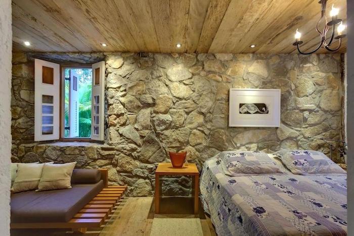 chambre rénovée avec mur intérieur en pierre et plafond en bois pour déco rustique