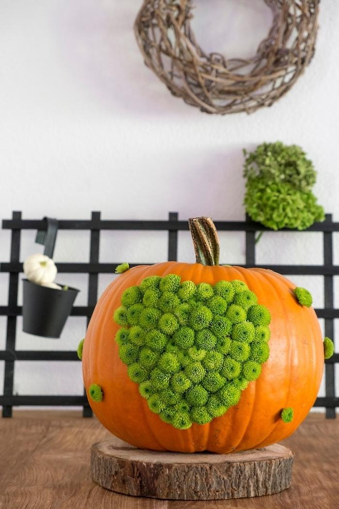 exemple objet DIY facile à réaliser avec une citrouille et fausse végétation, décor automnale avec objet fait main