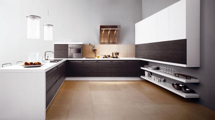 modèle de cuisine tendance moderne aménagée en blanc et marron avec cuisine en U et carrelage de sol beige