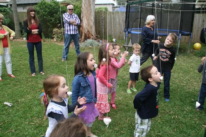 jeu amusant en plein air pour attraper une guimauve ou marshmallow de sa bouche, gouter d anniversaire enfant idée d animation amusante