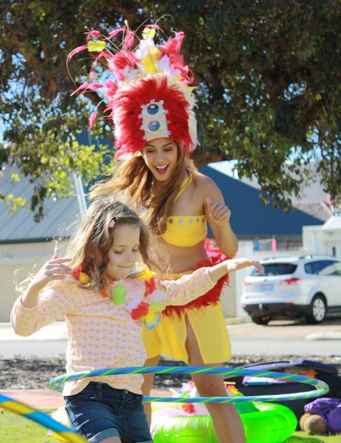 idée de jeu avec cerceau, compétition enfant hula hoop pour un anniversaire petite fille vaiana ou thème hawaii