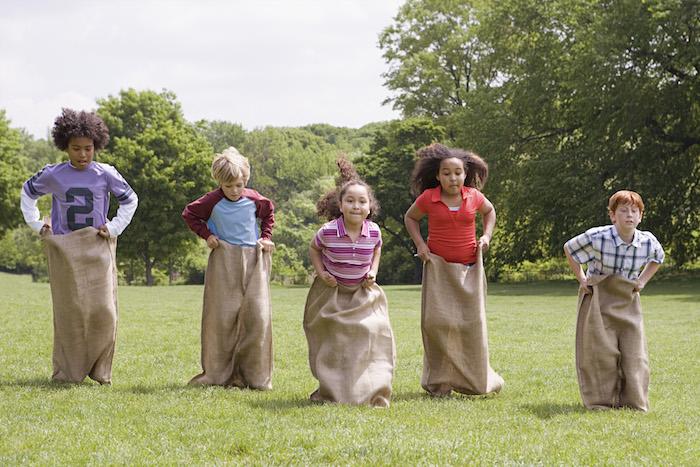 quelle animation anniversaire enfant, idée de jeu course en sac avec des enfants de 10 ans, jouer en plein air