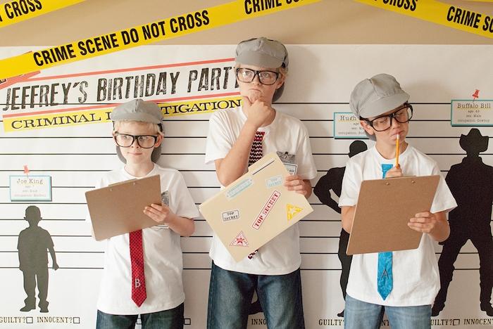 jouer aux détectives, exemple de jeu de stratégie et de réflexion, jeux anniversaire 8 ans pour un gouter d anniversaire garçon