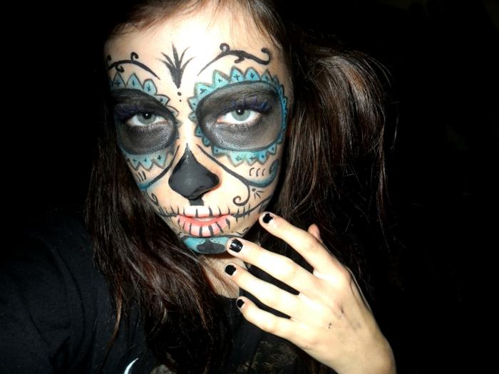 maquillage squelette sur le visage de jeune fille, peinture visage noire et bleue, vernis à ongles noir