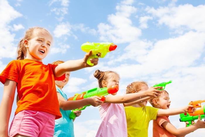 jeu de pistolet à eau avec des enfants en plein air, idée d activité anniversaire enfant amusante, jeux fille 8 ans