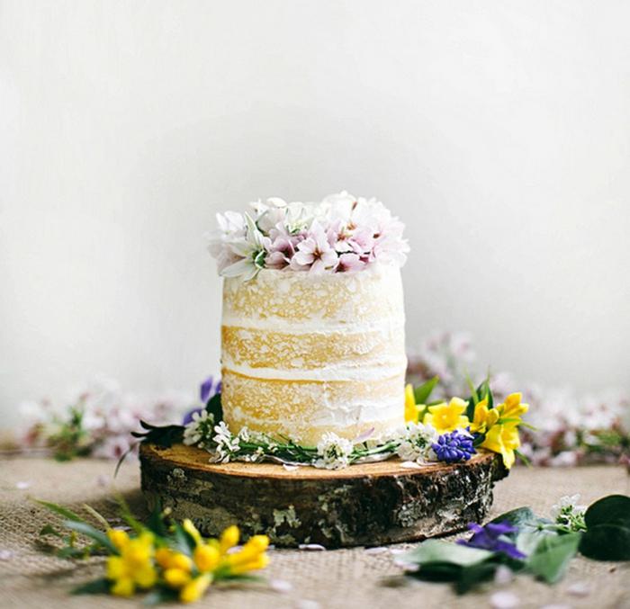 comment servir le gâteau pour son mariage, joli gâteau tronc de bois, rondin de bois, fleurs, deco table mariage champetre