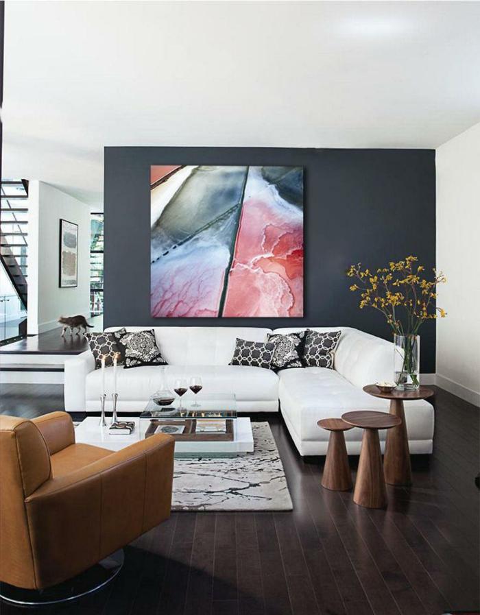 decoration salon peinture, sofa d'angle, peinture abstraite, fauteuil en cuir, tapis marocain