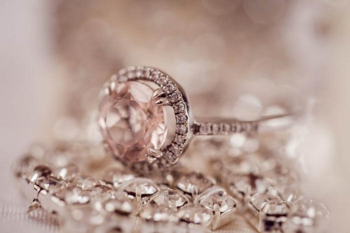 bague en pierres précieuses, bracelet fin et ornementé de pierres blanches, accessoires tendance