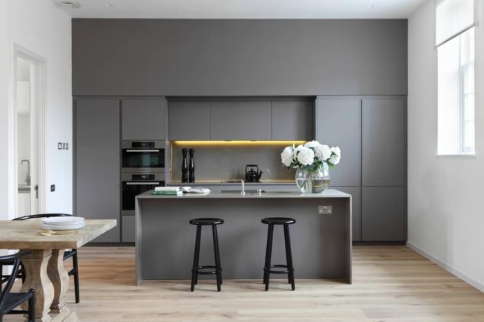 cuisine contemporaine grise, table en bois brut, couleur peinture cuisine, ilot et tabourets noirs