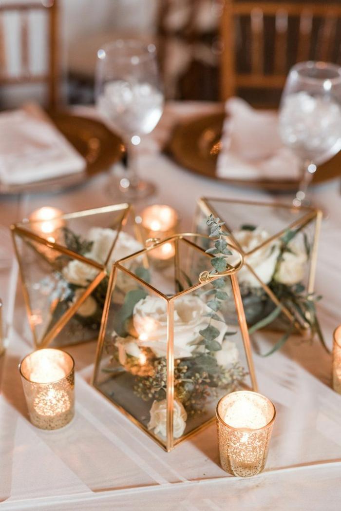 déco mariage champêtre à faire soi-même, récipients en verre aux éléments cuivrés, déco florale, bougeoirs romantiques