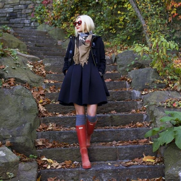 Comment porter des cuissardes, tenue avec cuissarde femme, tenue stylée pour l'automne, femme mignonne avec jupe évasée noire
