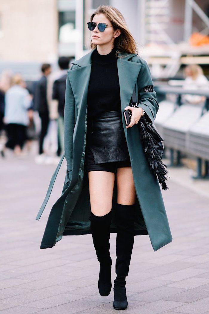 Cuissarde taupe tendance, cuissardes cuir ou velours, tenue d'hiver chic femme élégante automne tenue avec manteau, mini-jupe et cuissardes