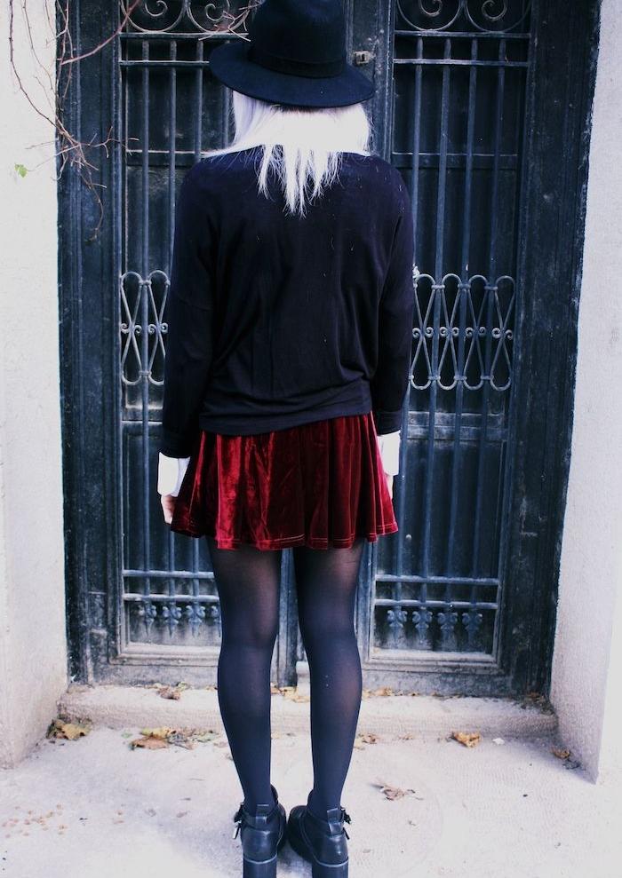 tenue avec jupe rouge velours, gilet noir, chapeau melon noir, bottines noires, cheveux coloration blonde, comme s habiller soirée halloween