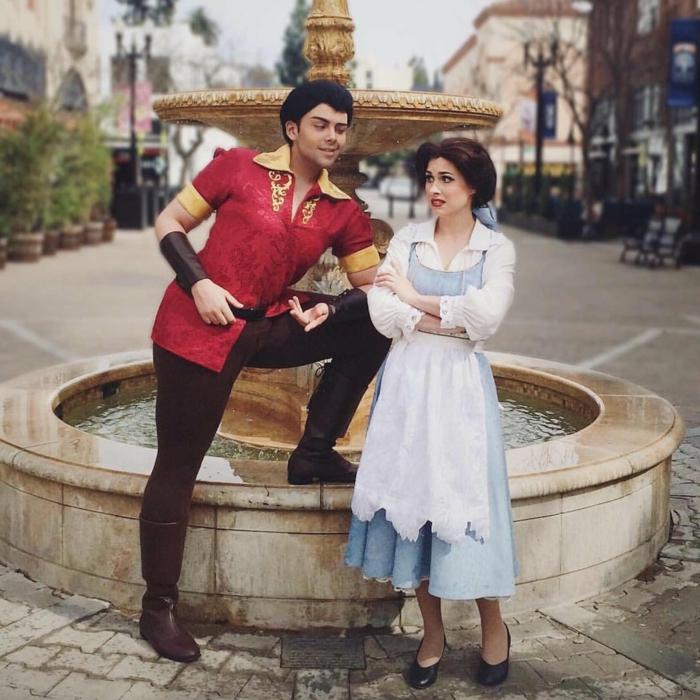 une petite fontaine blanche et couple déguisée pour Halloween, deguisement couple cinema