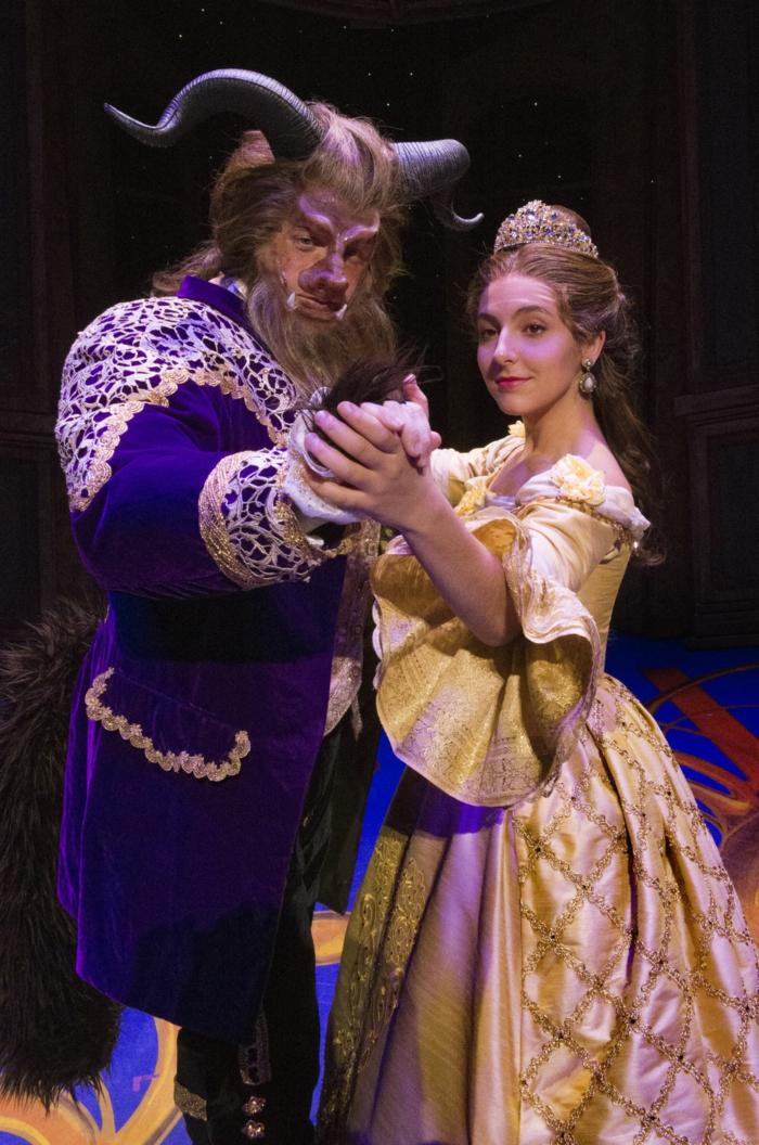 la belle et la bête qui dansent, déguisement halloween pour couple des contes des fées, costumes élaborés