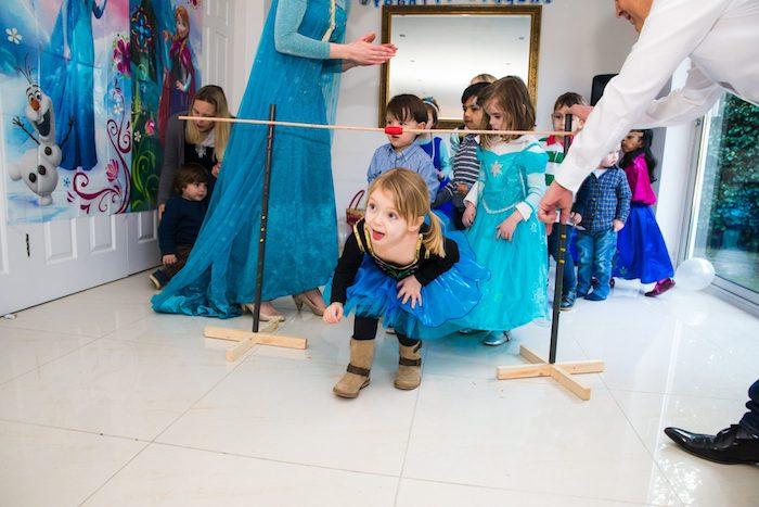 limbo jeu musical pour enfants au cours d un anniversaire petite fille theme la reine des neiges, petites filles vêtues en princesses
