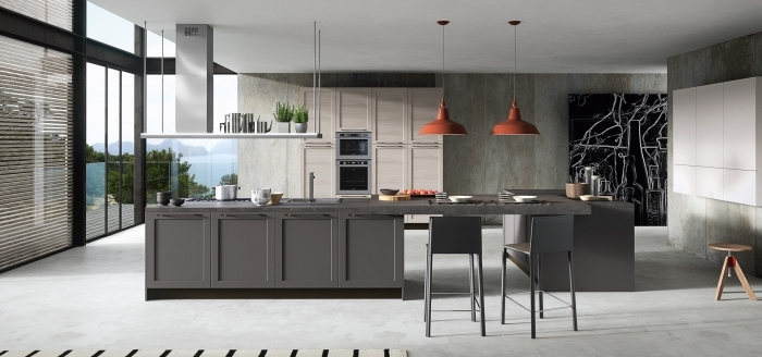idée déco de cuisine équipée avec pan de mur à design imitation béton et îlot en gris anthracite, comment aménager une pièce spacieuse à grandes fenêtres