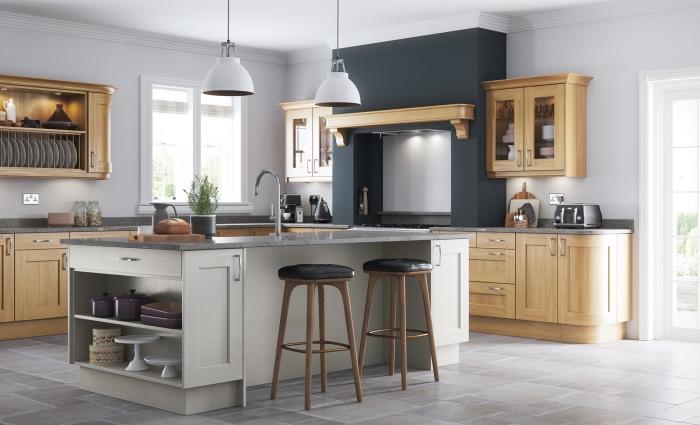 déco de style traditionnel avec éléments modernes dans une cuisine îlot en blanc et bois, idée rangement cuisine avec étagère